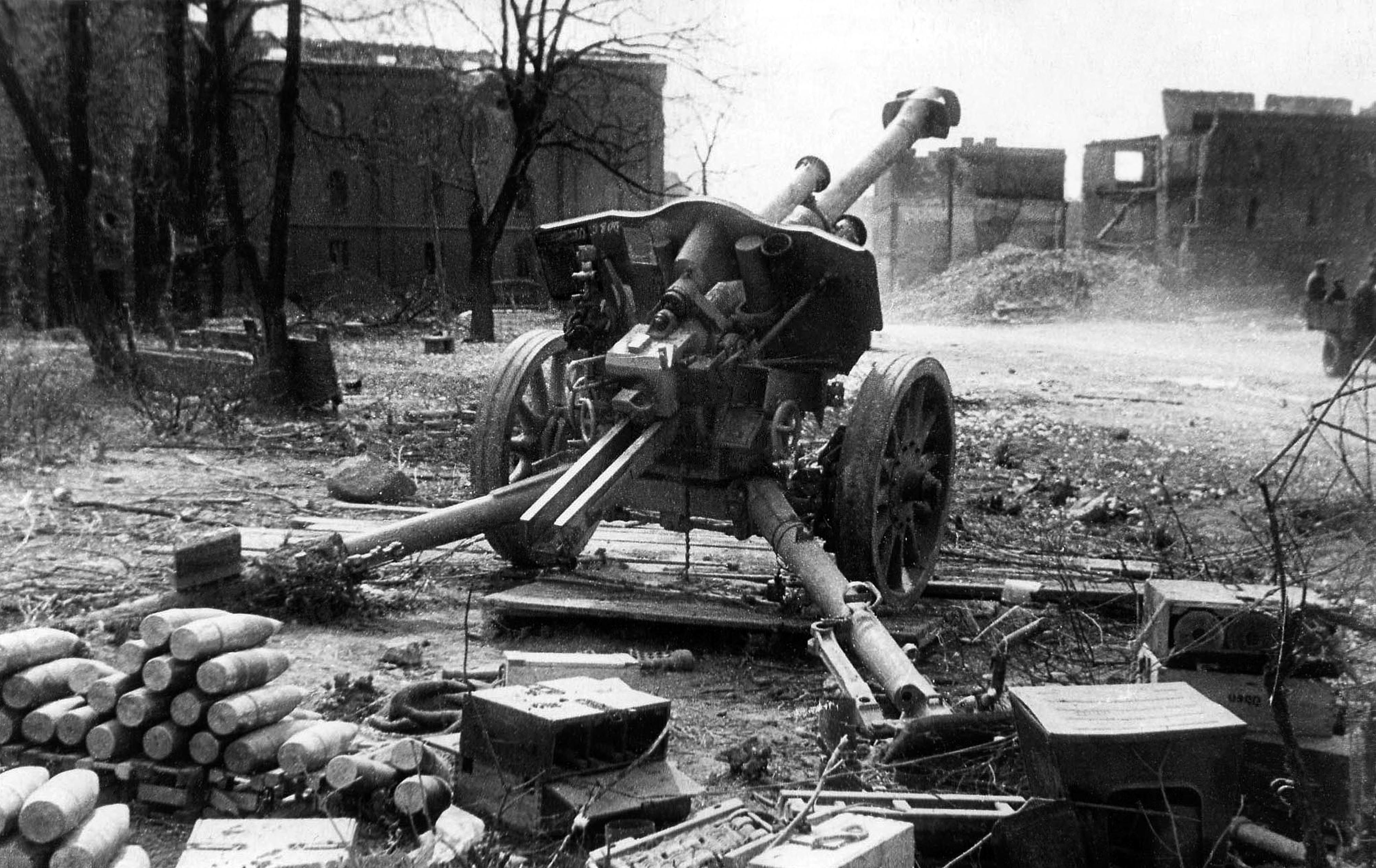 Abandoned German 105-mm Howitzer FH18/40, Königsberg, 1945