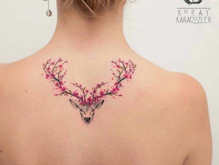 tattoo bedeutung, frau mit tattoo am rücken, hirsch mit