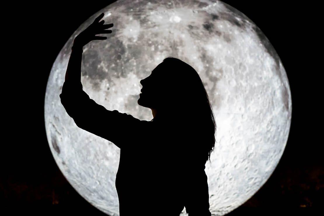 De grote conjunctie van 2020: Jupiter, Pluto en Saturnus in Steenbok -  Happinez in 2020 | Volle maan, Volle maan ritueel, Saturnus