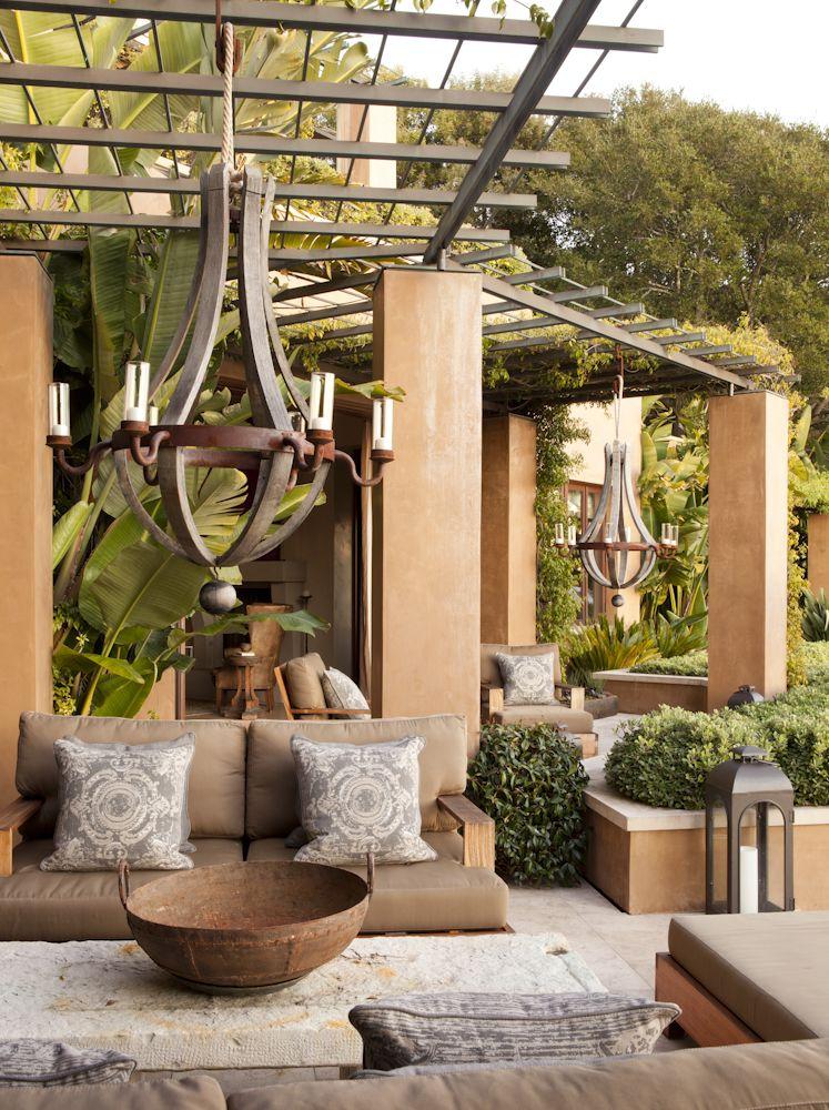 Fascinante Terraza Rústica Con Increíbles Lámparas De Forja