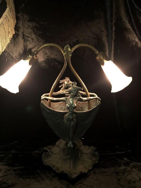 Lampe antique, nymphe sur une feuille de nénuphar.