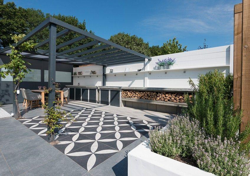 Binnen buiten tuin met vtwonen buitentegels ontwerp for Jardineria al aire libre casa pendiente