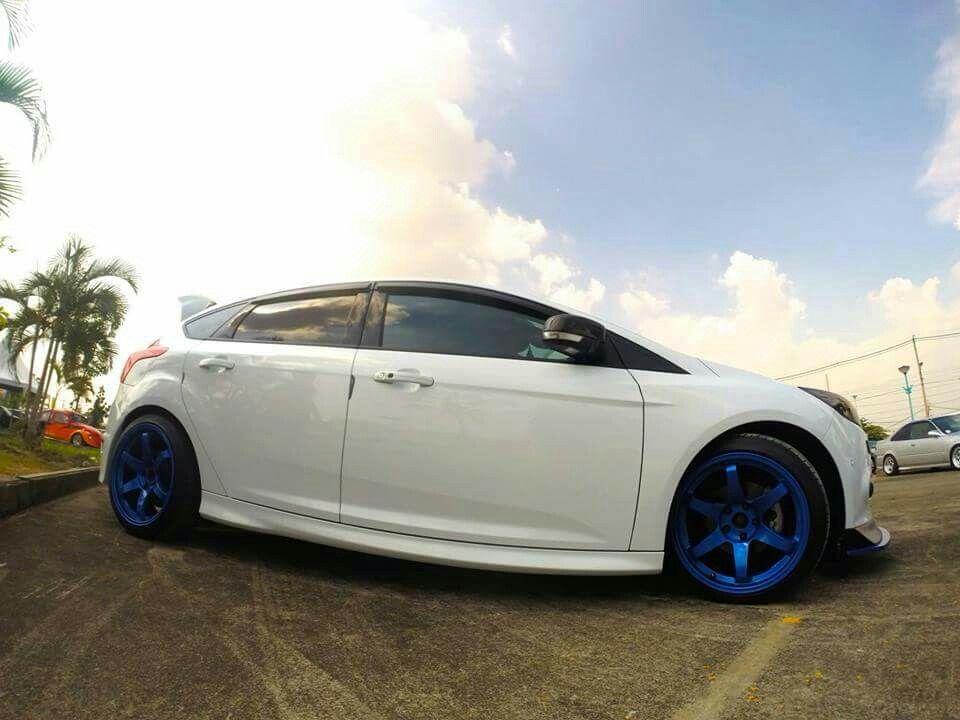 ford focus st iii white body blue rims