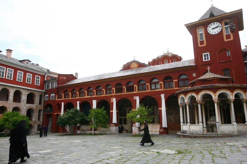 Klosterrepublik Athos: Der Vorsteher des Klosters Vatpod, Abt Efraim, hatte sich damals mit der griechischen Regierung auf ein zwielichtiges Geschäft verständigt.
