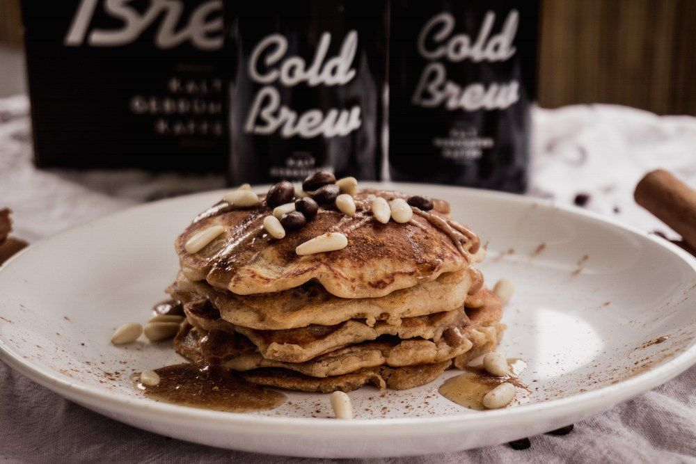 Vegane Pancakes mit Coffee-Banana Topping
