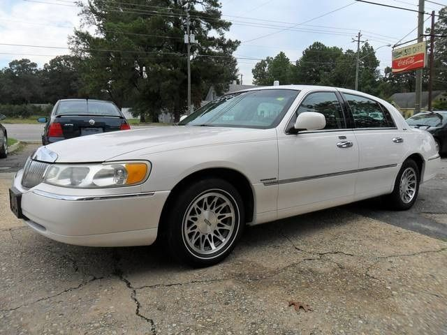 This Is A White 2001 Lincoln Town Car Signature Edition With 176 029
