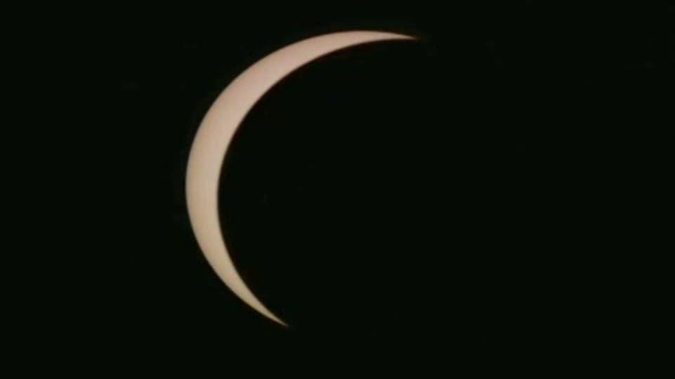 Avaruudessa on yksi tähti, joka näkyy maapallolle hehkuvana pallona. Tähti on Aurinko. Se on energiaa, lämpöä ja valoa syöksevä tulipallo ja koko aurinkokuntamme keskipiste. Ilman Aurinkoa maapallo olisi eloton, pimeä ja autio.
