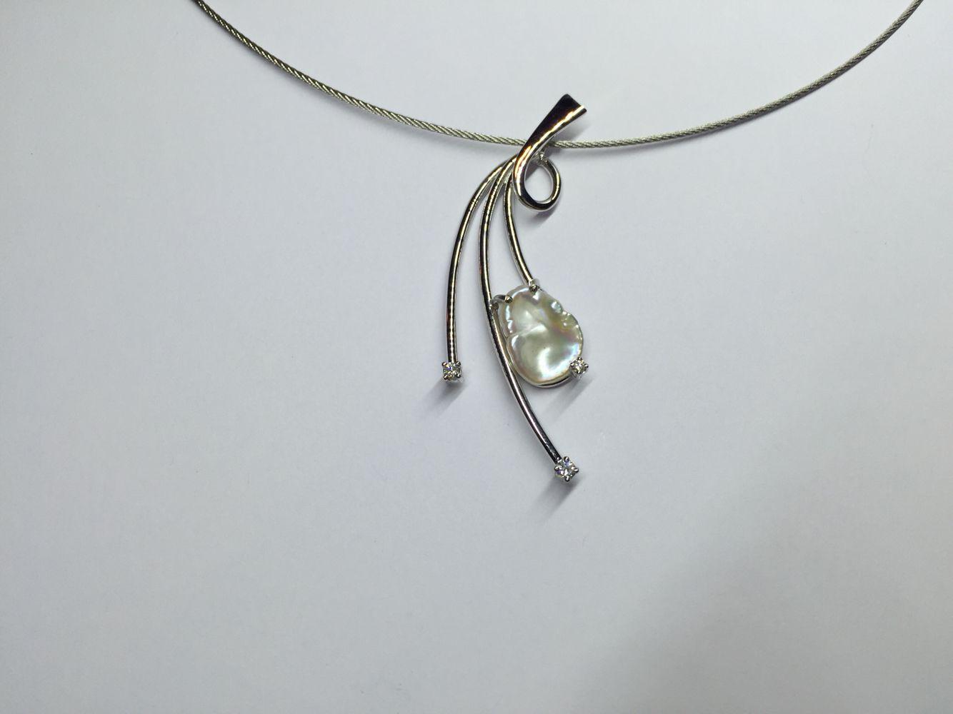 Wit gouden hanger met zoetwaterparel en diamanten. hansnagy.be