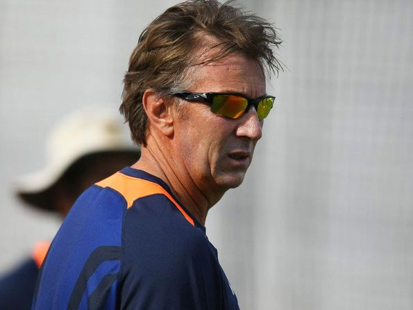 The Board of Control for Cricket in India (BCCI) have sacked India's bowling coach Eric Simons, who will be replaced by Australia's Joe Dawes after Australia tour.