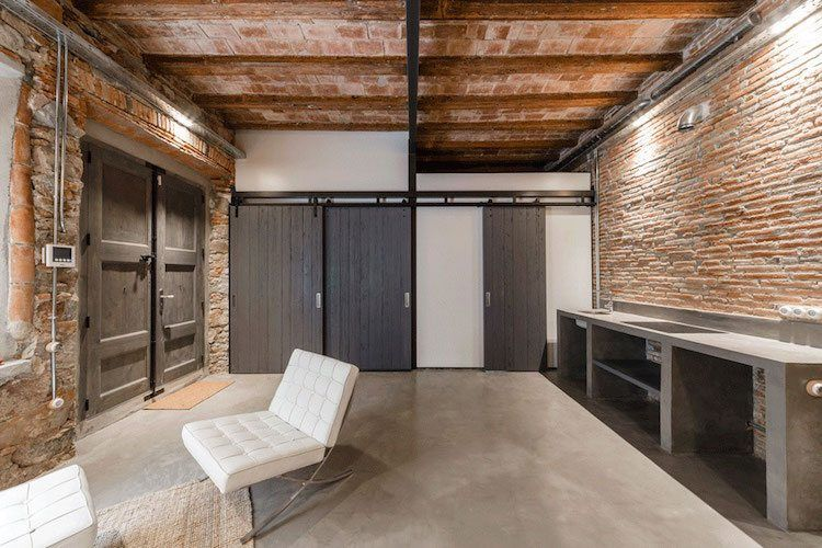 Loft stil und rustikales ambiente in renovierter wohnung in barcelona