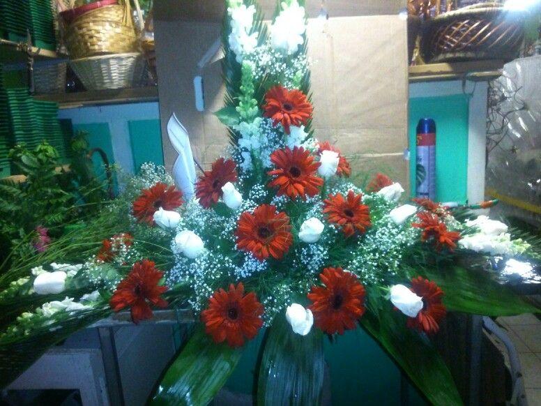 Trabajo de gerberas rojas y rosas blancas.