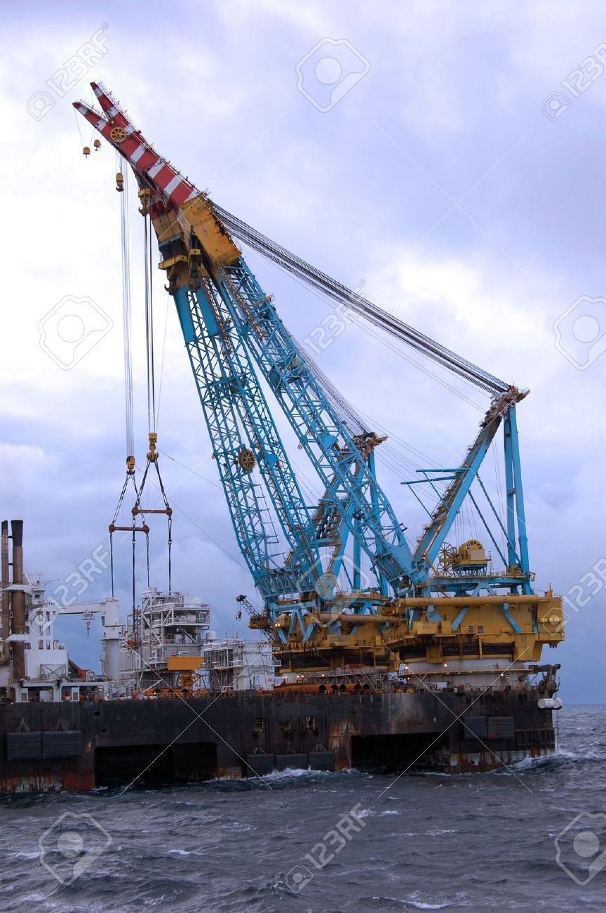 Afbeelding van http://previews.123rf.com/images/trondur/trondur0910/trondur091000028/5714856-Heavy-lift-crane-barge-operating-in-the-North-Sea--Stock-Photo-offshore.jpg.