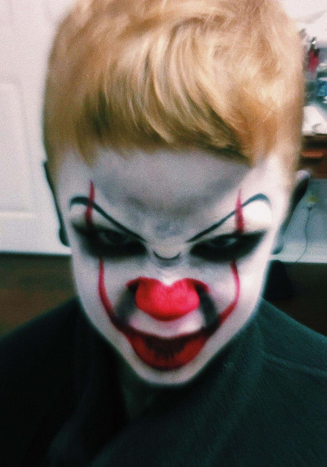 It Pennywise boy Halloween makeup look