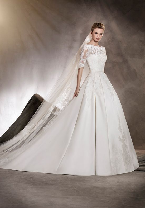 A classic and very elegant wedding dress. A princess cut dress with ...