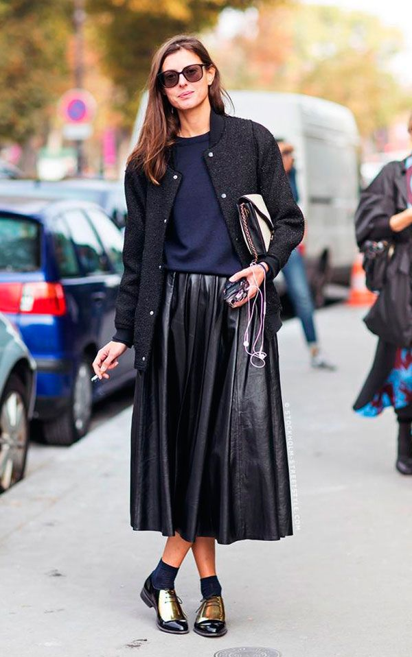 78eea1c76 Street style look com saia midi preta, blusa azul, bomber jacket preta e  sapato masculino com meia aparente.