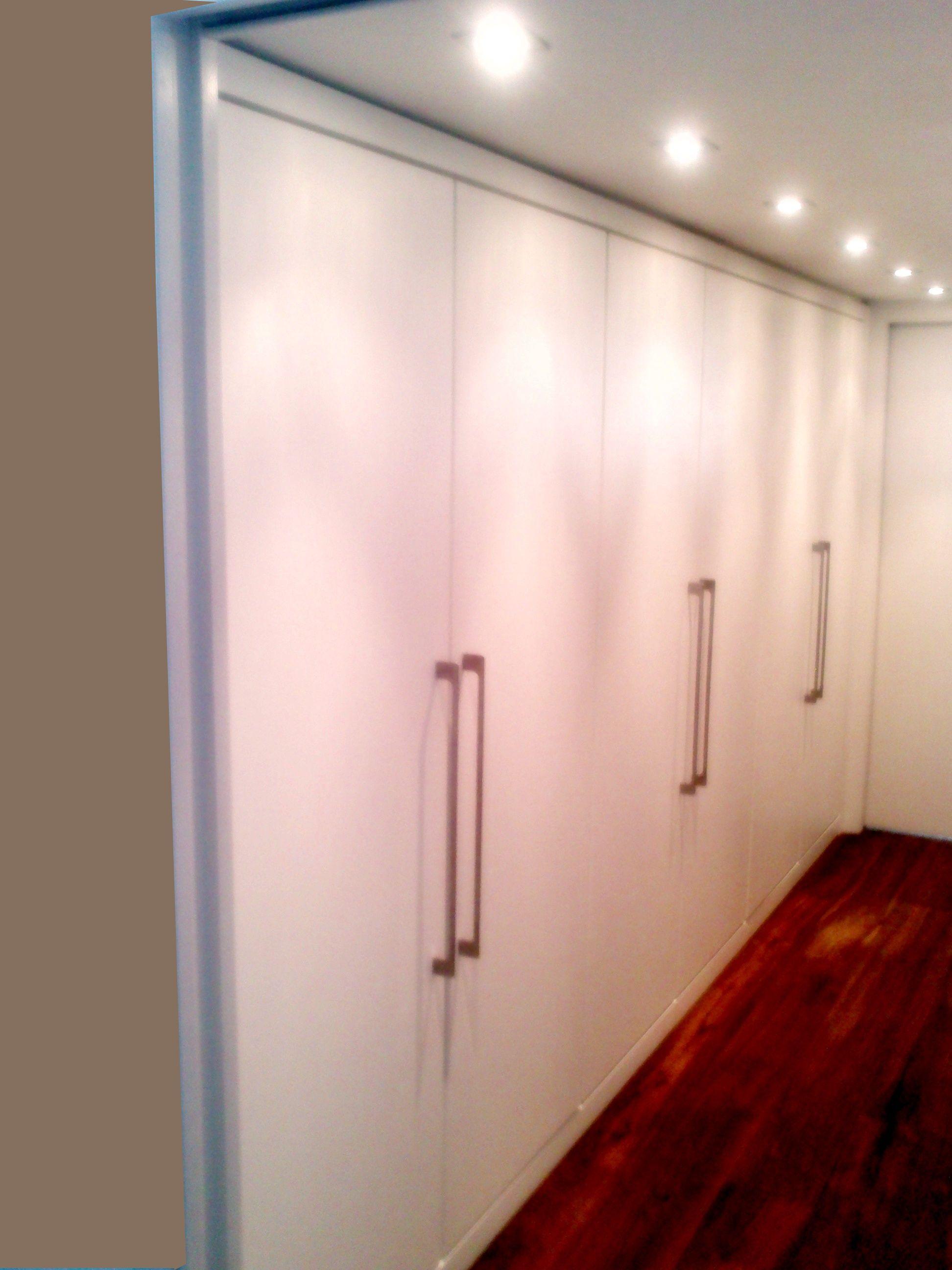 Armario empotrado con puertas batientes lacadas en blanco - Puertas armario empotrado ...