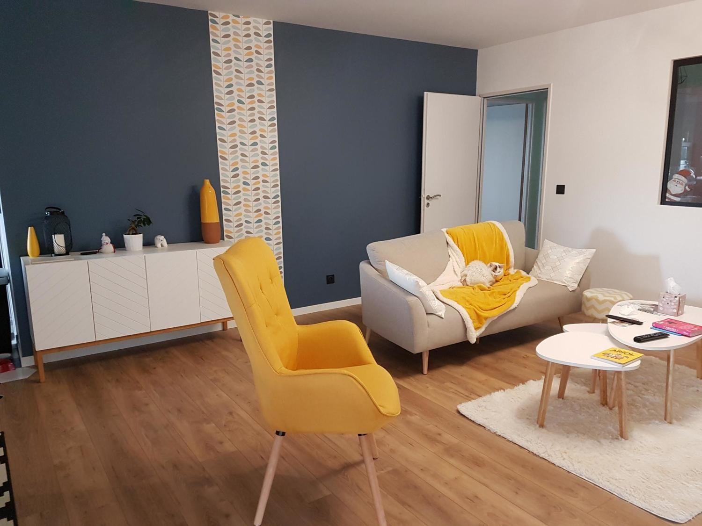 La Décoration De Salon un salon plein de pep's, avec un mur bleu et des touches de