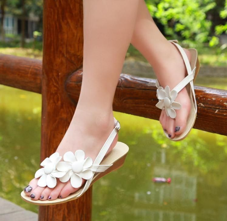 Lovely Flat Heels Thong Sandals with Flowers
