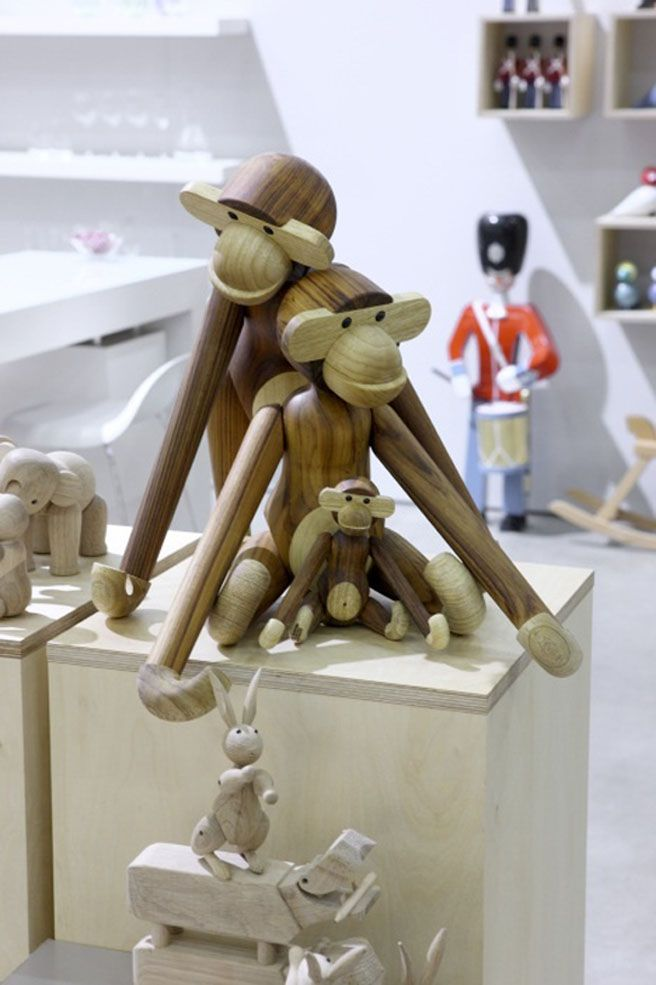 reminds me of my nieces' - babies display so much of chimp behavior when at play.