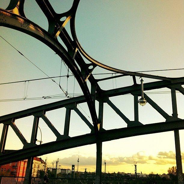 Die Böse-Brücke bei Sonnenuntergang. An der Bezirksgrenze (früher Mauer) zwischen den Bezirken Wedding und Prenzlauer Berg.