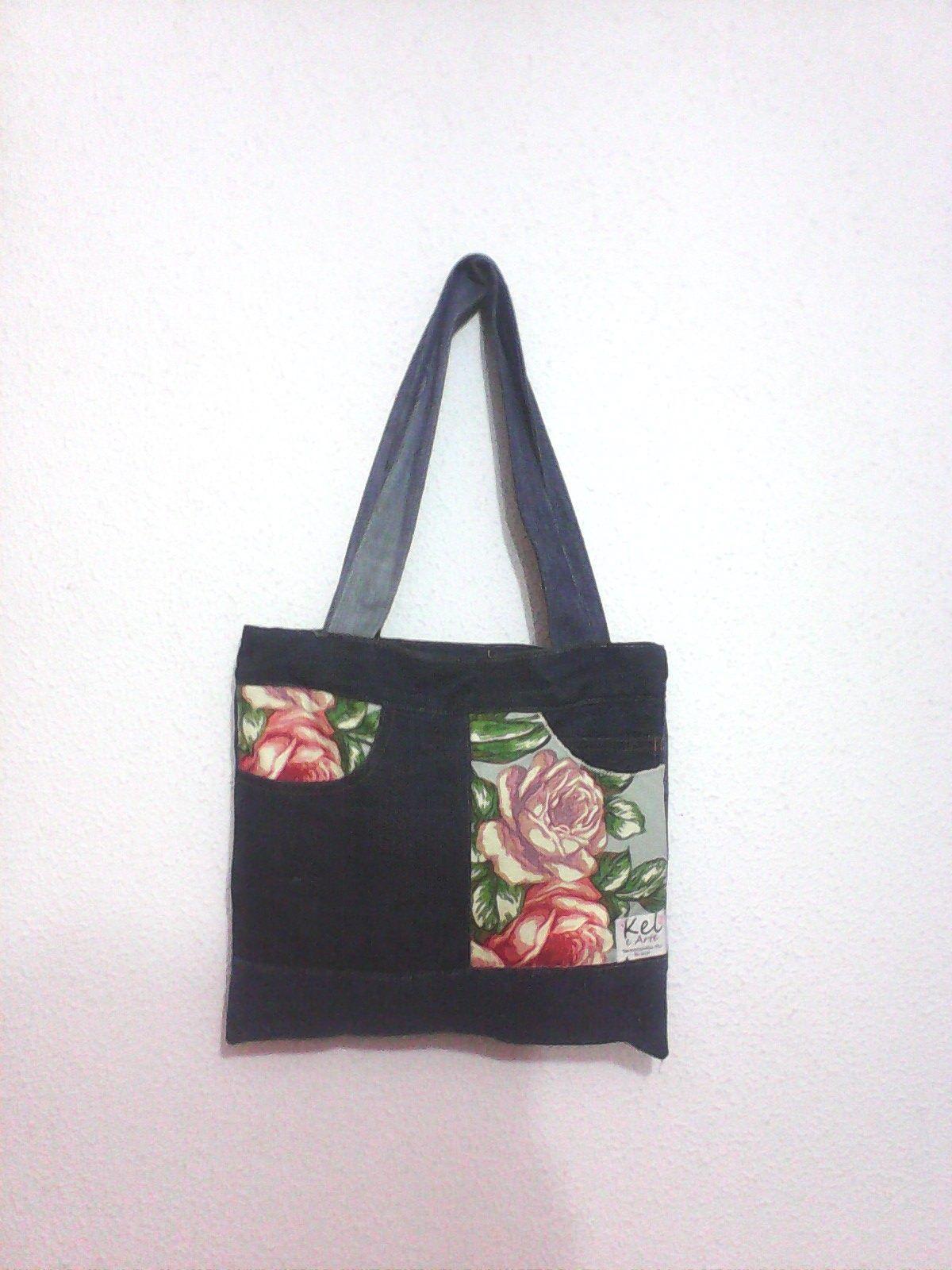 bolsa feita com sobras de jeans e o bolso foi invertido e alternado com tecido florido