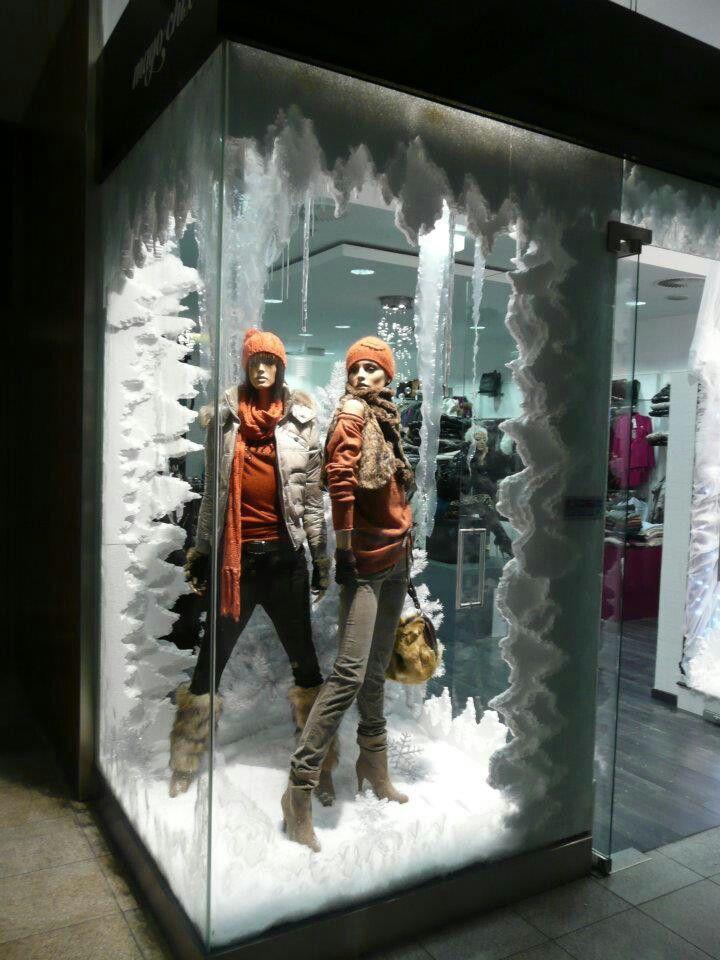 99f01a4d228 wARM SNOWY ROOM Winter Window Display