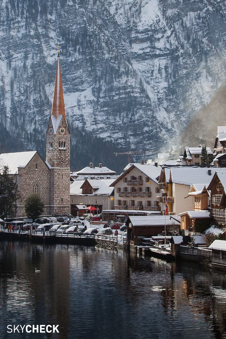 Hallstatt Is A Market Town In Austria And Is Located On Lake Hallstatt The Region And The Romantic Place Were Declared A Unesco W Flug Billigfluge Osterreich