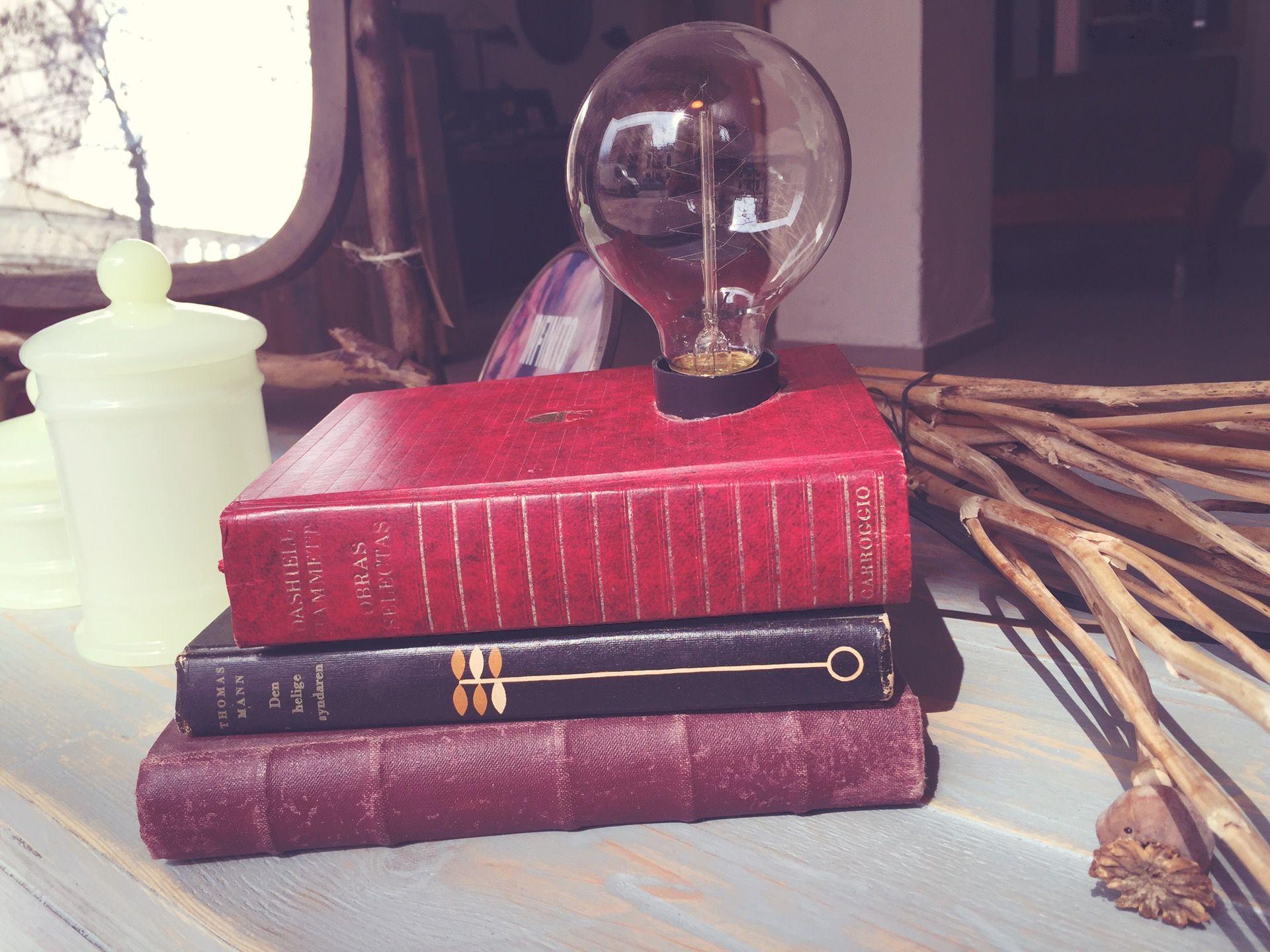 Lámpara base de libros y bombilla de filamentos.  #vintage #retro #robinwood #robinwoodpalma #muebleriasincera #sofa #forniture #muebles #chair #table #closet #beautiful #me #love #homedecor #decor #vintagelove #design #homedesign #chalkpaint #style #colour #interiordesign #diy #vintageluxe #interior #furniture #restored #luck #eco #pale #pallet #wood #bombilla #bombillafilamentos #light #lampara #bombillafilamentos #bombilla