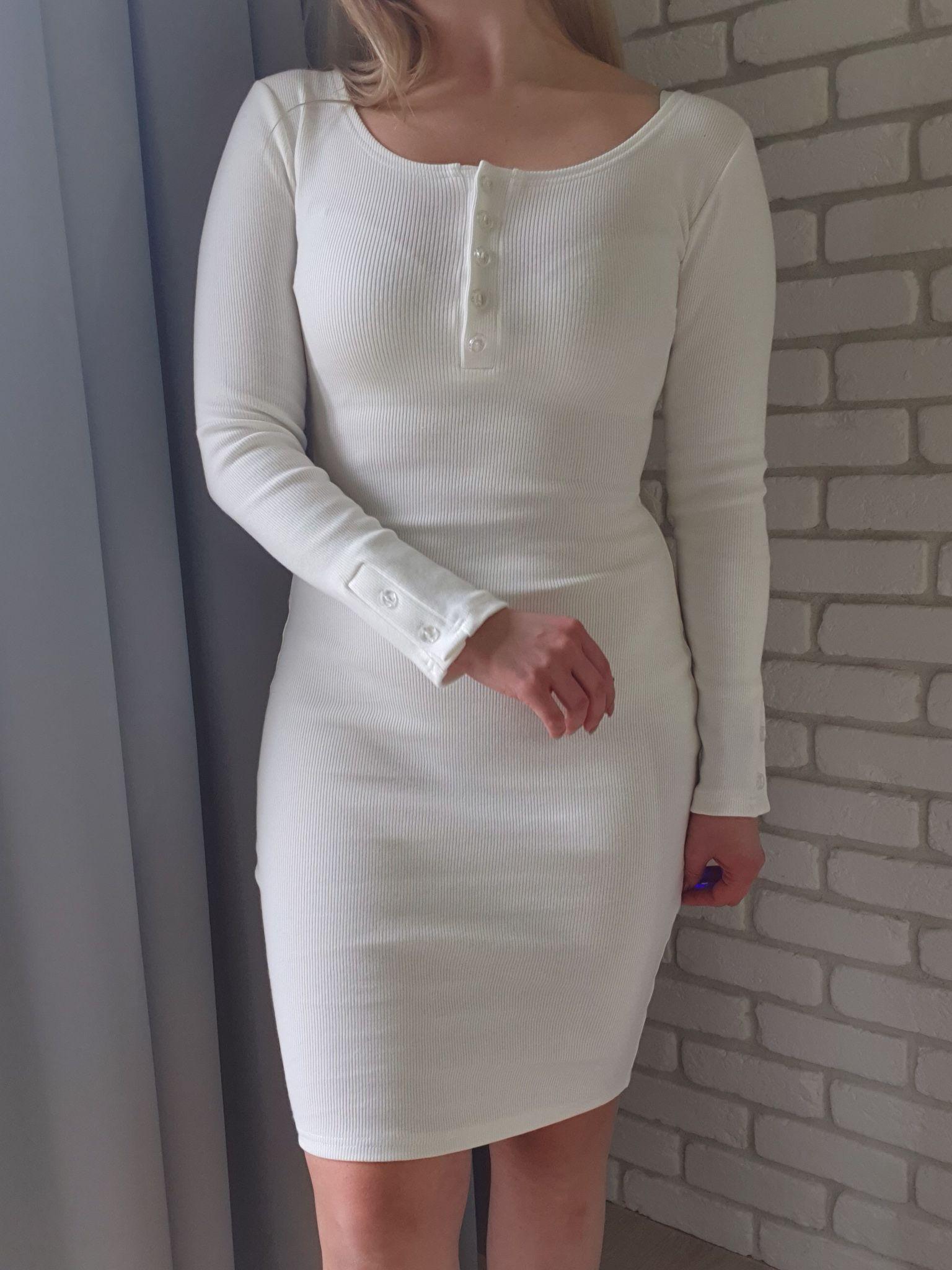 decaf36cd4 Dzianinowa sukienka z guzikami biała z długimi rękawami midi Sukienki