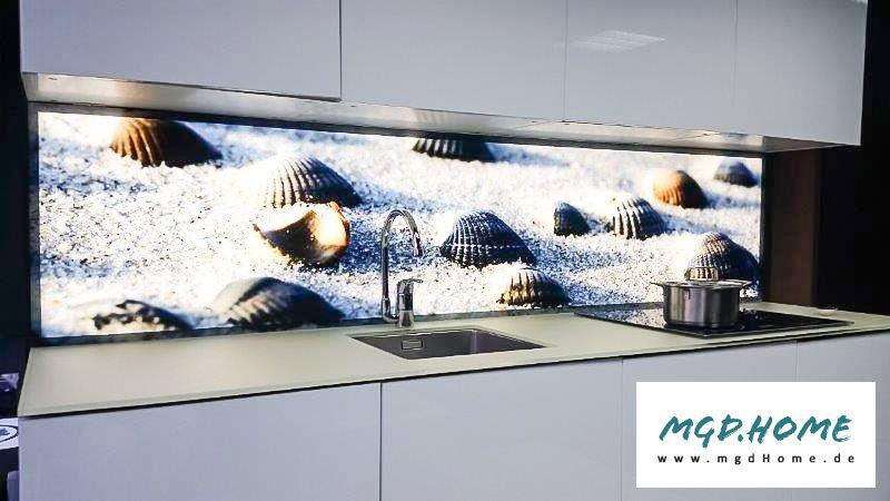 Leuchtende Glaswand In Der Küche Spritzschutz Mit Bedrucktem Glas Und LED  Beleuchtung