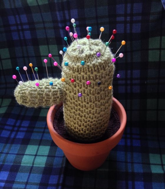 Cactus Pin Cushion - Free Knitting Pattern here: https://thelittleroomofrachell.wordpress.com/2013/12/31/knitted-cactus/
