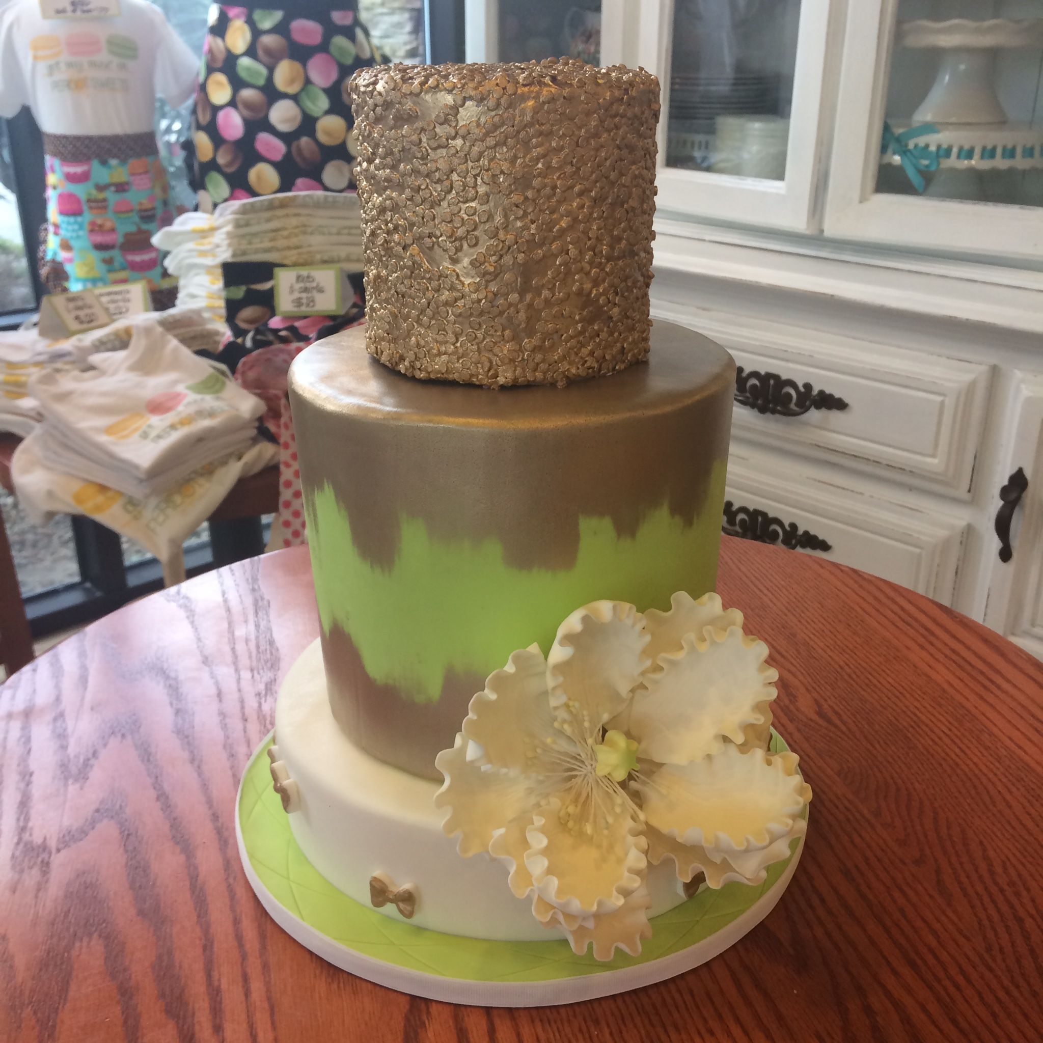 Gold sparkle cover and drip with hand made sugar flower. #peridotsweets