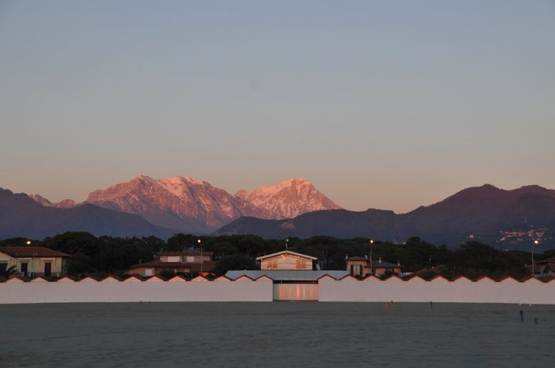Le alpi apuane al tramonto visione dalla spiaggia nella zona di roma imperiale winter inverno - Bagno costanza forte dei marmi ...
