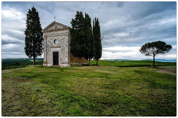 Kurz vor Pienza erreidhen wir den Foto-Stopp mit dem tollen Blick auf die Kapelle Santa Maria di Vitaleta. Wie vor einer Woche erleben wir ein unbeschreibliches Spiel von Licht und Schatten in der sonst düsteren und regnerischen Mittagsstimmung.
