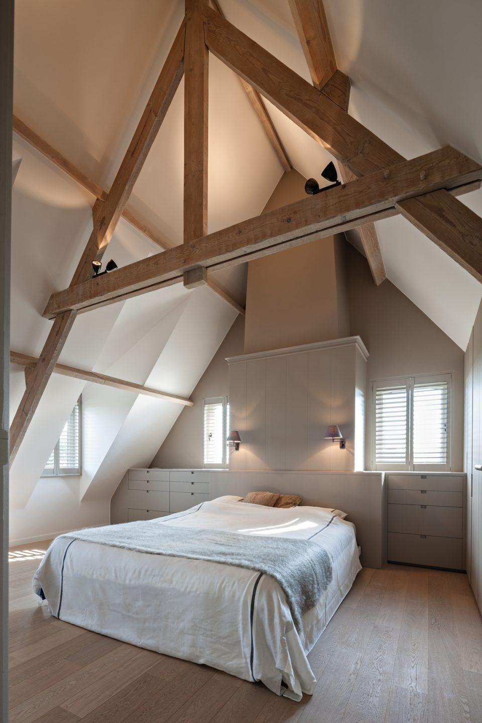 Slaapkamer met houten planken aan het plafond  boven in