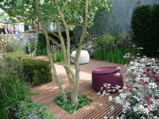 Garten idee holzlatten boden raum baum hocker pflanzen for Garten pflanzen idee