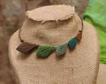 Collar de hojas de macrame por HoneypieHandmadeShop en Etsy