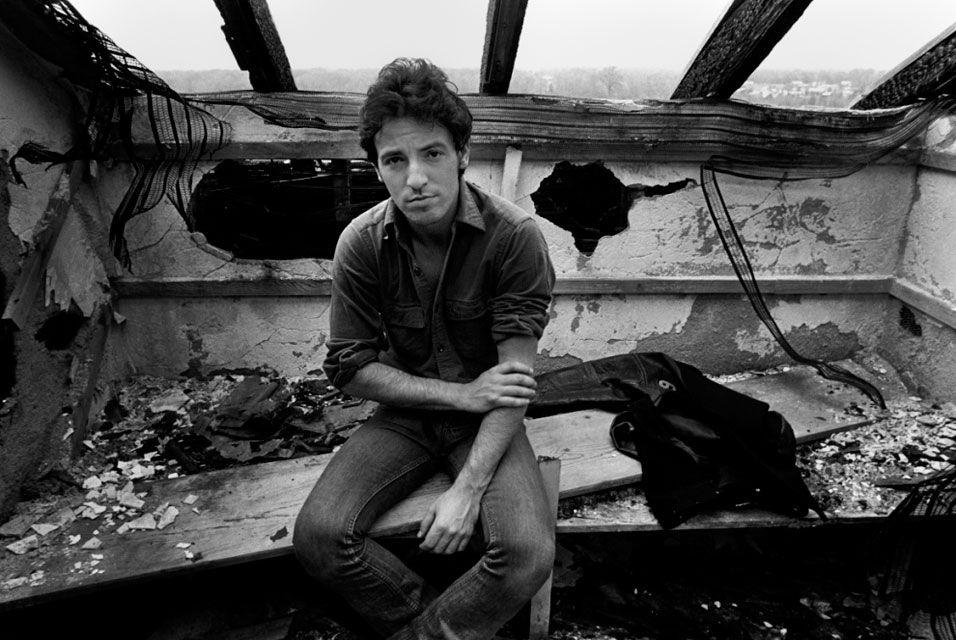 Lynn Goldsmith, Bruce Springsteen burned out house, 1977. © Lynn Goldsmith  Copyright © artdaily.org