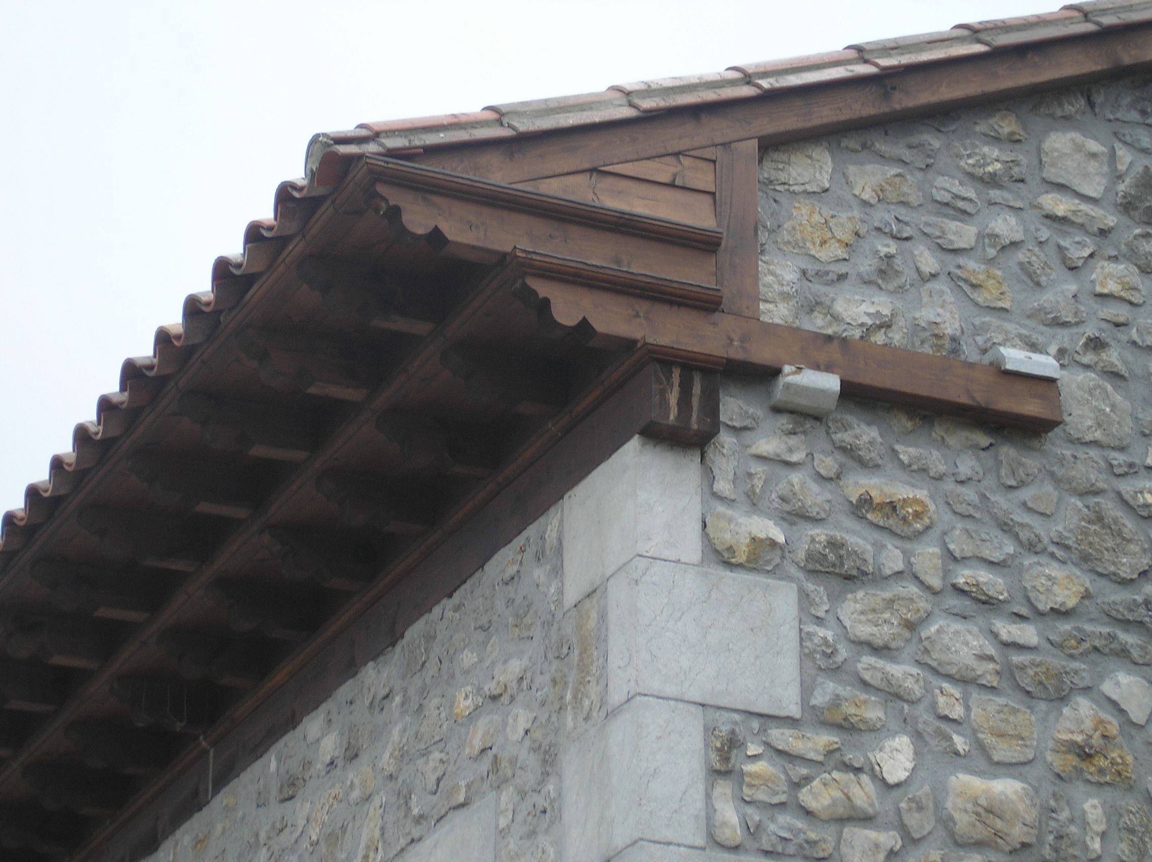 Detalle remate alero en casa antigua en un pueblo de le n for Tejados de madera casas