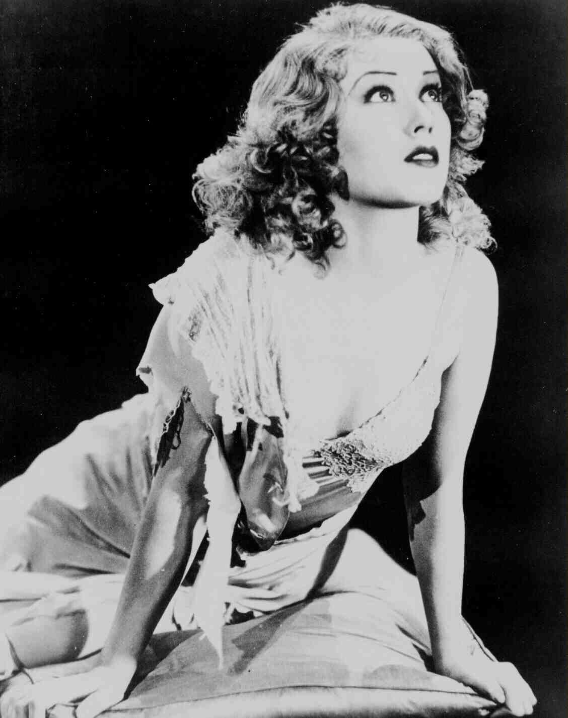 Medium Publicity Shot Of Fay Wray As Ann Darrow Clutching Bruce