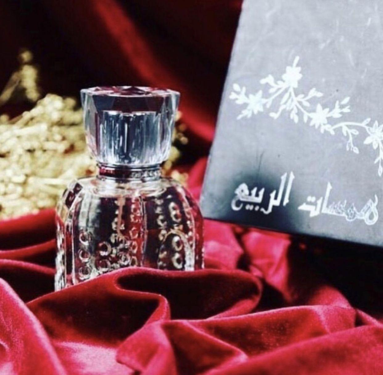 عطر همسات الربيع Whisper Of The Spring عطر يفوق الخيال بشذى الورد الطائفي قطفه أولى نخب العروسة مع مزيج من الورود والأسرا Perfume Bottles Perfume Bottle