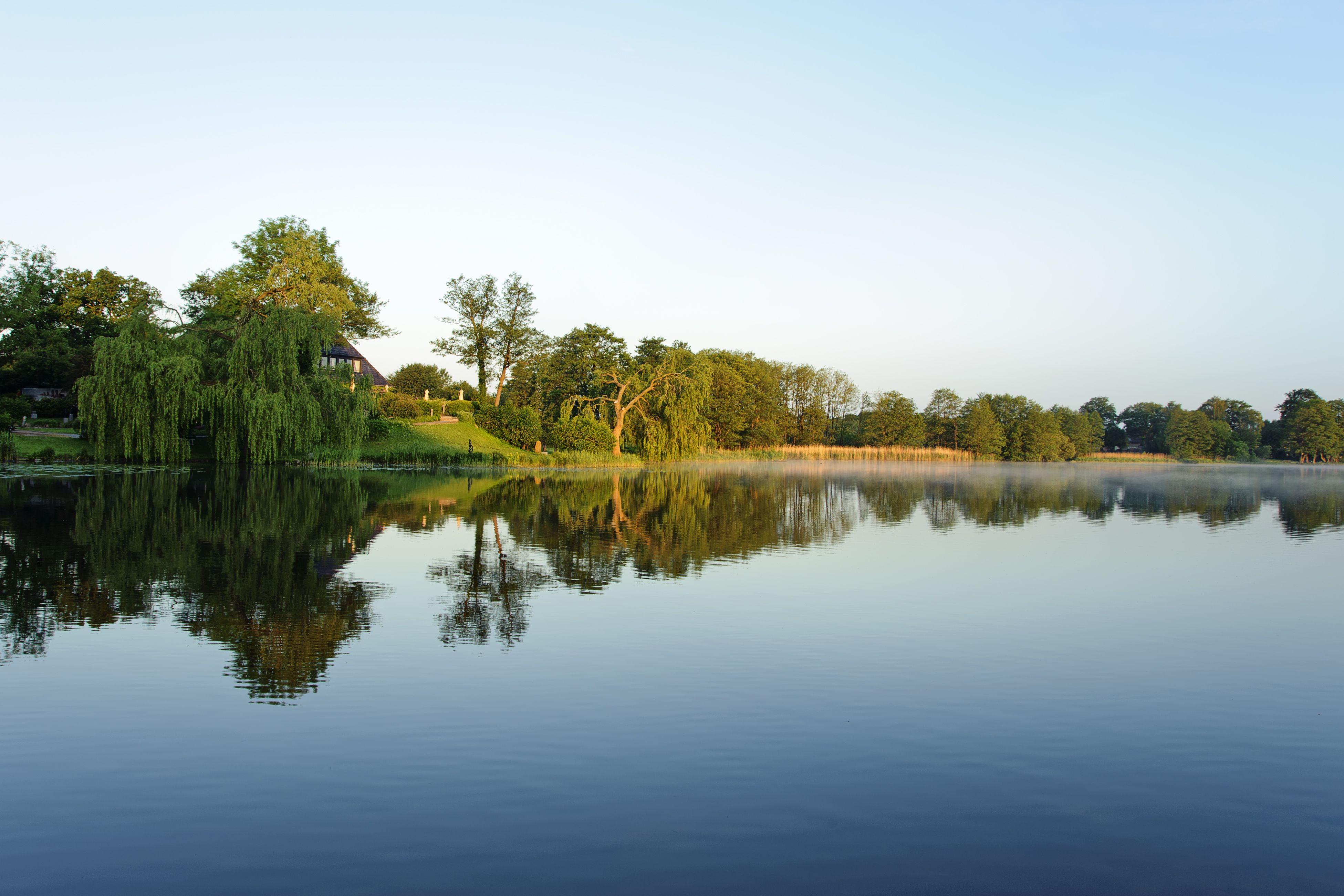 Früh am Morgen der Blick auf den See