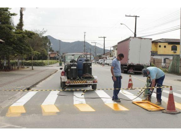 Trânsito - Pintura de faixas de pedestres garante mais segurança no trânsito  545-22 +http://brml.co/1YimRn9