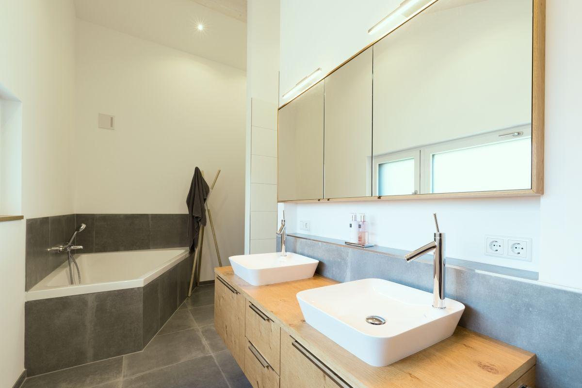 Modernes Badezimmer mit Eckbadewanne & Waschtisch aus Holz