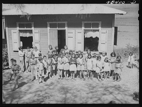 Hay una escuela en Aibonito, Puerto Rico. Los estudiantes aprenden en la escuela.