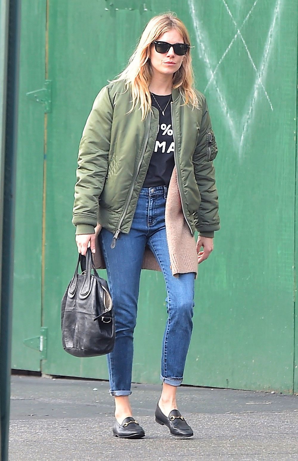 e1a19c149 How Sienna Miller Perfectly Styled a $22 T-Shirt | Celebrities ...