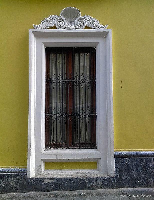 Casa Amarilla Windows