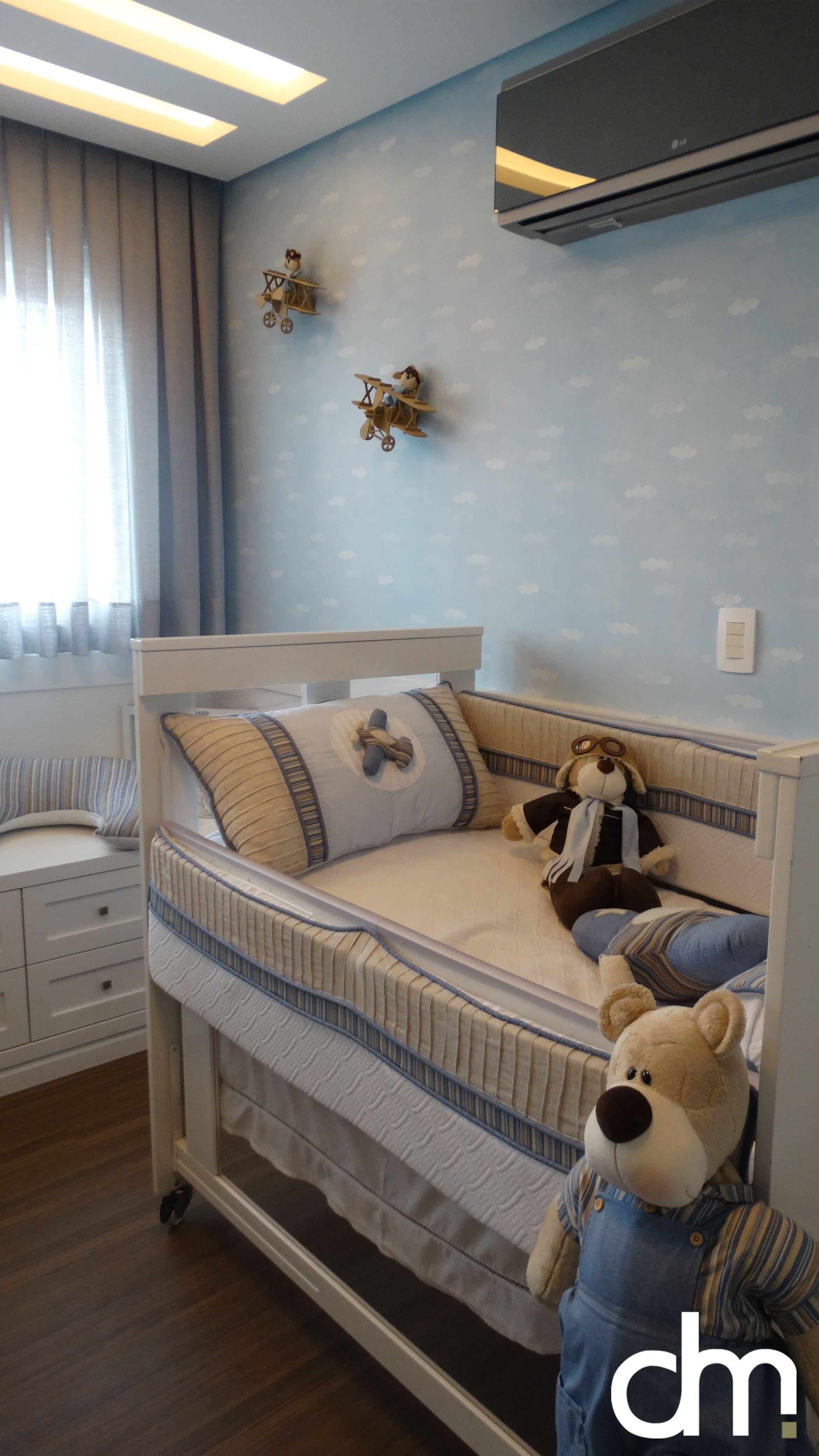 fc958dbb6 Decoração de quarto de bebê em tons de azul e bege, com tema de aviador