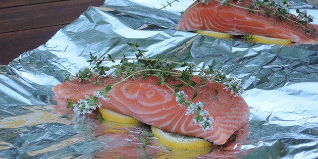 Delikate laksefileter grillet i stanniol er en af mine yndlingsmåder at tilberede fisk på, for det bevarer al saft og smag.