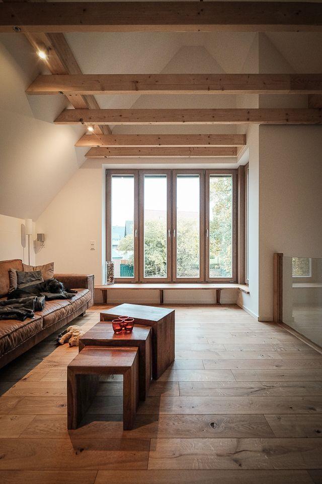 Sitzbank am Fenster, Wohnzimmer mit Galerie, Holz Fenster